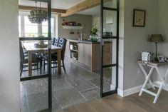 Keuken met natuursteen vloer - grijze Bourgondische Dallen via Kersbergen Natuursteen