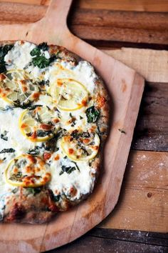 Now that's a summer pizza.  happyvibes-healthylives:  Lemon Basil Pizzaw/ Spinach