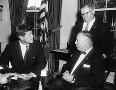 1961. 9 Août. By Abbie ROWE. AR6735-A. President John F. Kennedy meets leaders of the Jewish War Veterans of the United States of America (JWV). National Commander of JWV, I.L. Feuer, sits at right; National Executive Director of JWV, Joseph F. Barr, stands. Oval Office, White House, Washington, D.C