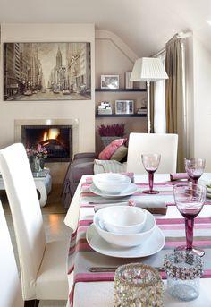 Apartamento con encanto. Comedor, con chimenea al fondo y pequeña librería. Madrid.