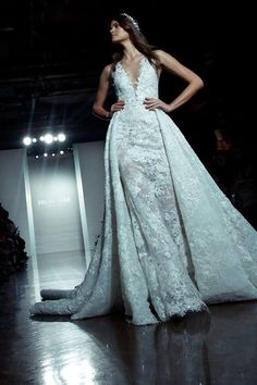 Atelier Pronovias 2017 Bridal - The detachable overskirt is one of this season's hottest trends in bridal fashion. Transform your look instantly with / without overskirt 公主罩裙係呢一季最流行的設計,新娘可以根據婚禮場地需要而選擇加上罩裙!