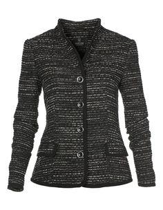 Auch in der Winter-Saison liegt der Tweedblazer im Couture-Stil im Trend! Die hochwertige Jacke präsentiert sich schlank und leicht tailliert in wunderschöner Salz/Pfeffer-Optik. Liebevoll die Detail-Ausarbeitung der Blazerjacke mit kleinem Stehkragen, Paspel/Pattentaschen und silberfarbenen Schmuckknöpfen. Kanten rundum mit Besatz aus schwarzem Tüll. Die Innenseite der Tweedjacke wurde ganz mit schwarzem Futter gearbeitet.