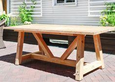 A DIY Farmhouse / patio table tutorial via Yellow Brick Home -- how to build a patio table, outdoor table, DIY outdoor table, DIY dining table Diy Outdoor Table, Diy Dining Table, Patio Dining, Diy Patio, Backyard Patio, Outdoor Dining, Patio Tables, Patio Ideas, Diy Porch
