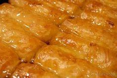 Χρυσαφένια, τραγανά φυλλαράκια… βελούδινη κρέμα που μοσχοβολάει βούτυρο και βανίλια… κρυστάλλινο παχύρευστο σιρόπι γεμάτο φυσαλίδες που αργοκυλάνε προκλητικά… ένας ύμνος για το γαλακτομπούρεκο! Greek Sweets, Greek Desserts, Greek Recipes, Desert Recipes, Cookbook Recipes, Cooking Recipes, Cyprus Food, Greek Pastries, Desserts With Biscuits