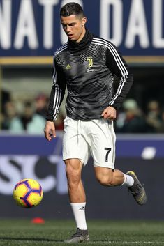 BOLOGNA, ITALY - FEBRUARY Cristiano Ronaldo of Juventus during the Italian Serie A match between Bologna v Juventus at the Stadio Renato Dall'Ara on February 2019 in Bologna Italy (Photo by Danilo Di Giovanni/Soccrates/Getty Images) Cristiano Ronaldo 7, Ronaldo Cr7, Cristiano Ronaldo Wallpapers, Juventus Players, Juventus Fc, Real Madrid Team, Soccer Pictures, Best Football Players, Sports Celebrities