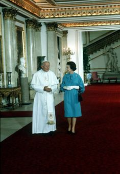 Pope Paul II and Queen Elizabeth II in the Marble Hall Princess Elizabeth, Princess Margaret, Queen Elizabeth Ii, Princess Diana, Pape Jeans, Dnd Classes, Queen Victoria Family, Rubber Raincoats, Pope John Paul Ii
