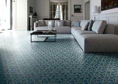 carrelage-carreaux-ciment-blanc-bleu-canapé-bas-tissu-gris-clair
