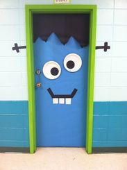 Easy Halloween Door Decorations on a Budget for the Classroom Halloween Classroom Door, Halloween Front Doors, Theme Halloween, Halloween Door Hangers, Easy Halloween, Holidays Halloween, Halloween Crafts, Monster Door Decoration, Decoration Creche