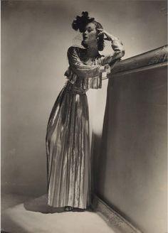 * Robe en lamé Chanel et bracelet en ivoire par Verdura mannequin Lud (Ludmila Feodoseyevna) 1937photo HORST P. HORST