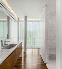 O Studio MK27 liderado por Marcio Kogan é uma referência para nós. Gostamos muito do estilo e dos projetos do arquiteto. Esta incrível casa não é diferente