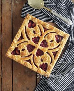Free-hand cut pie after baking. Pie Dessert, Dessert Recipes, Mini Pie Crust, Beautiful Pie Crusts, Pie Crust Designs, Pie Decoration, Pies Art, No Bake Pies, Junk Food