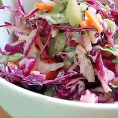 Rode Kool salade met yoghurtdressing (hartige ingrediënten) - Salad of red cabbage and other vegetables with yoghurt-based dressing