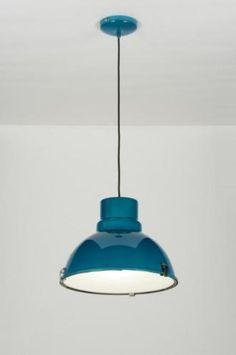 Uma luminária (tipo industrial) de metal com coating azul . O abajur de alumínio é selado com um vidro fosco que fica preso ao abajur com 3 pinos. A luminária de metal pende a um fio condutor do tipo ferro de passar e possui um disco de teto redondo na mesma cor do abajur. luminária / quarto / sala de estar, sala de jantar cozinha . compras via loja virtual www.luminarias.br email : ( webwinkel@rietveldlicht.nl )