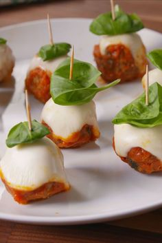 Meatball Parm Skewers Delish- sub turkey or chicken! Bridal Shower Appetizers, Appetizers For Party, Christmas Appetizers, Christmas Snacks, Bite Size Appetizers, Christmas Cooking, Heavy Appetizers, Popular Appetizers, Skewer Recipes
