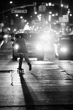 Rent some inline skates and hit the bike paths or sidewalks Urban Beauty, Beauty In Art, Soul Surfer, Skate Style, My Point Of View, Longboarding, Street Artists, Street Photography, White Photography