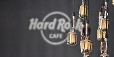 El Hard Rock Cafe Viena no solo es comida y memorabilia, es todo el ambiente que lo rodea. El servicio es excelente y todo el personal es sumamente amable. Además, nos tocó la suerte de visitar el HRC el mismo día que había un Pin Party así que el entusiasmo del personal y de los comensales estaba por los cielos. En esta ocasión tuve la oportunidad de conocer a una de las leyendas del Hard Rock: Rita Gilligan. Para quien no esté familiarizado, Rita es la empleada más antigua del HRC…