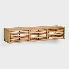 Elegantes, schmales Hängemöbel als praktischer Blickfang für Diele, Wohnzimmer, Esszimmer oder Büro. Wird direkt an die Wand montiert. Befestigung per mitgelieferten, dreidimensional verstellbaren Stahlbeschlägen samt 2 Schrauben und Dübeln. 12 Schübe mit den Innenmassen 23,7 x 33 cm nehmen A4-Formate gut auf. Der 3-reihige Hängeschrank besitzt 9 einfach und 3 dreifach hohen Laden (2,2 / 8,8 cm Innenhöhe). Masse (B/T/H): 121 x 31,5 x 25 cm. Gewicht: 31 kg..