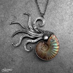 Duhová loděnka Náherný kousek amonitu s tenkou vrstvičkou amolitu na povrchu tvoří střed tohoto autorského šperku. Ten znázorňuje loděnku, která zrovna vysunula svá chapadla ven z ulity. Amonit, který znázorňuje ulitu, je celotvar s duhovým pokryvem, který v sobě obsahuje všechny barvy. Pod ním se skrývá pak barva jemně béžová až hnědá. Loděnka je tvořena ...