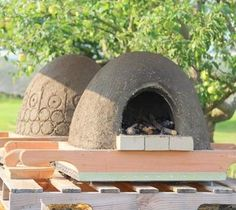 Detailed tutorial on building an amazing wood fired pizza oven using simple materials in 2 days! Step by step photos from the best cob / earth oven building class, plus a free ebook with lots of helpful resources!
