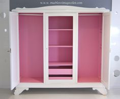 Este mueble blanco con el interior rosa de 1930 de roble restaurado, ideal.