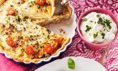 Matig paj som funkar både som ensamrätt och som tillbehör till en god fläskfilé. Blad från timjan och små tomater som garnering ger dekorativa färgklickar. Tasty, Yummy Food, Swedish Recipes, Nutella, Blondies, Quiche, Pizza, Potatoes, Vegetarian