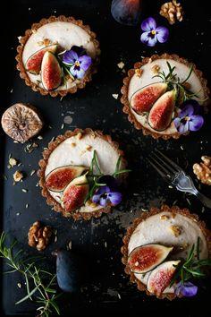 Raw Fig Walnut Cardamom Tarts (grain-free & vegan) Grain-free vegan raw tarts with warming spices blend of cardamom, fragrant fennel seeds, cinnamon and ginger. Tart Recipes, Raw Food Recipes, Sweet Recipes, Dessert Recipes, Raw Desserts, Delicious Desserts, Fig Tart, Sweet Tarts, Raw Vegan