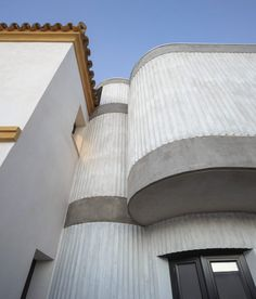 This extension to a Seville house features curved corners and ribbed details, and was designed by local architects Studio Wet to create a large living room and kitchen adjoining the garden. Spanish Architecture, Minimalist Architecture, Residential Architecture, Architecture Design, Concrete Facade, Brick Facade, Facade House, Concrete Texture, Concrete Wall