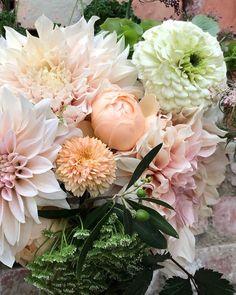 """10 gilla-markeringar, 1 kommentarer - Gro-Fjällbacka (@grofjallbacka) på Instagram: """"Blomsterarrangemang med blommor ifrån blomsterlandet på Kronogården 2019💚rosor, zinnia,…"""" Zinnias, Floral Wreath, Wreaths, Flowers, Plants, Instagram, Floral Crown, Door Wreaths, Deco Mesh Wreaths"""