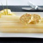 Gestoomde asperges met zalm kruidenboter