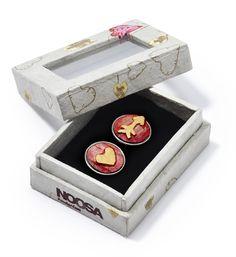 Noosa Amsterdam Valentine chunk 2014 - limited edition! Speciaal voor Valentijnsdag 2014 heeft Noosa Amsterdam twee chunks in een giftbox: A love story in a box. Een prachtig valentijnscadeau! De chunks en het doosje zijn handgemaakt en vervaardigd in Nepal. De chunks zijn gemaakt van hout - Pink / gold - NummerZestien.eu