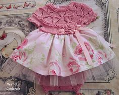 "¯'♥'¯).✫* ' *. ¸.* '* ✻ ¸¸.• ' ♥ "" La vie en rose....By Vestidos Cinderela Conjunto vestido e tapa fralda......o corpo do vestido e tap. fralda em tricot feito á mão......tecido estampa de rosas grandes com fundo rosa claro....saiote de tul."
