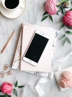 Flatlay with all the favourite items around the office. Coffee paper clips, coffee, cell phone and flowers Instagram Frame, Photo Instagram, Instagram Feed, Flat Lay Photography, Book Photography, Flat Lay Inspiration, Wallpaper Backgrounds, Aztec Wallpaper, Iphone Backgrounds