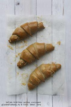 Gazdagítsuk repertoárunkat gluténmentes croissant recepttel is, na de ez esetben egészséges változatban, teljes kiőrlésű lisztekből, rostban gazdagon. Croissant, Naan, Carrots, Sausage, Food And Drink, Gluten Free, Paleo, Bread, Fish