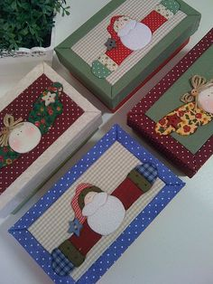 Caixinhas de Natal (no instructions; just for ideas) Christmas Gift Wrapping, Christmas Love, All Things Christmas, Christmas Projects, Holiday Crafts, Fun Crafts, Operation Christmas Child Boxes, Winter Quilts, Diy Gifts