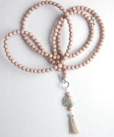 Adorabile collana fatta con le perle Swarovski magari le Pastel che sono molto di moda e una nappine per decorare...sapore romantico e francese