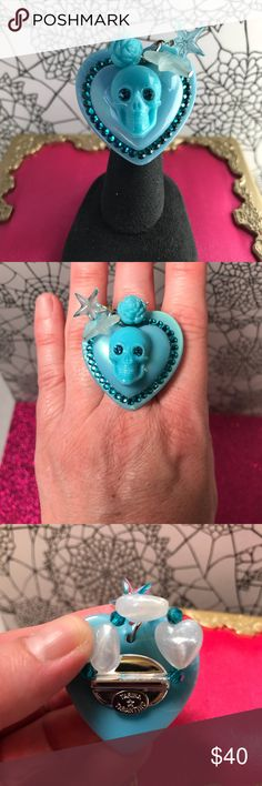 ⭐️RARE ⭐️😲Tarina Tarantino Skull Ring ⭐️RARE ⭐️ Tarina Tarantino Skull 💀 Heart ❤️ StretchRing  Turquoise colored  Swarovski crystals It's very sparkly in the sun and led lighting. Tarina Tarantino Jewelry Rings