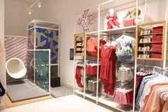 Voici le dernier concept de la marque Kiabi : Kiabi free. KIABI propose une atmosphère plus « fashion » et urbaine pour ce concept. Tout en gardant l'esrprit du concept KIABI ONE, le concept KIABI FREE comprend des espaces épurés, un sol et des murs blancs, des néons de couleurs graphiques, un mural de chaises d'écolier pour présenter les gammes de pièces de haut dans l'univers enfant, des armoires stylisées et un espace de jeux pour enfants. L' e-reservation et click & collect sont…