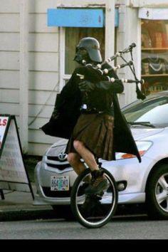 Darth Vader en jupe, avec une cornemuse, sur un unicycle. C'est aussi ça les Internets.