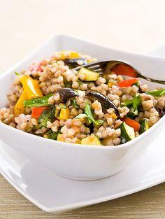 Fitrecepty - Pohankový salát s pečenou zeleninou a rukolou - Pohanku důkladně propláchněte a při občasném promíchávání vařte do měkka cca 20 minut. Papriky, lilek a cuketu nakrájejte na rovnoměrné kousky, přelijte olivovým olejem, posypte bylinkami a vše důkladně promíchejte. Pečte v rozehřáté troubě na 170°C do polo... Healthy Life, Healthy Eating, No Salt Recipes, Buckwheat, Kung Pao Chicken, Bellisima, Main Dishes, Food And Drink, Vegetarian