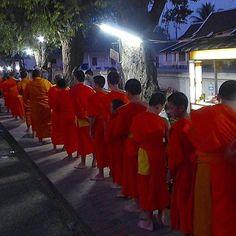 """På vei til ei ny uke og nye muligheter. #reiseblogger #reiseliv #reisetips #reiseråd  RepostBy @maritskagen: """"Got up early today... 5 am  Went to a temple downtown to watch the monks receive alms. Luang Prabang Laos. (via #InstaRepost @EasyRepost)"""
