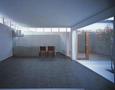 box-shaped house IM 일본 주택가에 지어진 독특한 모양의 일본주택입니다. 마치 주택 중심에 블랙홀이 ...
