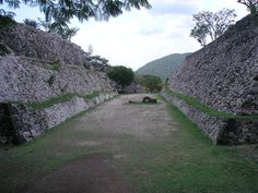Las  canchas aztecas  de  juego  de  pelota por lo general estaban construidas siguiendo la tradicional forma de I. La cancha de juego de pelota  se  llamaba  tlachco. Para los aztecas, el juego de pelota  era  el  deporte  más  importante  que  encarnaba  el  ritual  religioso,  y  cada vez que los aztecas instalaban un asentamiento, su primer acto consistía en  construir un adoratorio para Huitzilopochtli y contiguo a éste, una cancha de juego de pelota.