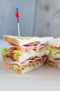 Delicious club sandwich, exactly the way you'll find them at a lunchroom. Very easy and ready in about 15 minutes. Lunch Recipes, New Recipes, Healthy Recipes, Healthy Foods, Burgers And More, Good Food, Yummy Food, Lunch Room, Some Recipe