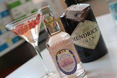 Nu komen we bij mijn voorlopig favoriete Gin, Hendrick's, een kruidige/florale Gin. Ik drink hem voornamelijk op de klassieke manier met een neutrale Tonic en een schijfje komkommerschil maar Jennifer leert me ze op een heel andere manier kennen. We gebruiken de Fentimans Rose Lemonade om de rozen te benadrukken in de Hendrick's Gin en we werken dit pareltje af met een aardbei en enkele aalbessen. Tip: bijt even een aalbesje kapot voor je een slok neemt, waanzinnig.