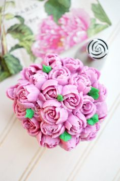 Russian Tip Cupcakes. Russian tips are a cake decorator's best friend! Make stunning frosting flowers quickly and easily. Buttercream Recipe For Piping, Buttercream Cupcakes, Frosting Recipes, Cupcake Cakes, Frosting Tips, Cup Cakes, Cupcakes Flores, Flower Cupcakes, Flower Cookies