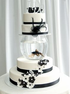 Fish cake- pet fish for the bride and groom :D Unusual Wedding Cakes, Unique Cakes, Beautiful Wedding Cakes, Beautiful Cakes, Amazing Cakes, Black And White Wedding Cake, White Wedding Cakes, Black White, White Bridal