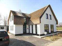Hoe veel raam er uit ziet bij rieten dak en wit huis combinatie van warm rieten dak met - Geschilderd zink ...