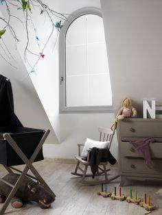 Fenêtre PVC optimo à frappe SWAO. Sobriété et raffinement. Sur-mesure, une multitude de possibilités esthétiques, de formes, d'options et d'adaptations. Une fenêtre PVC au style traditionnel ou contemporain avec poignée centrée et à haut pouvoir isolant. Possibilité de fenêtres de forme. Réalisables en PVC monocolore ou bicolore (blanc intérieur uniquement). Nuancier RAL illimité en laquage couleur ou autres finitions proposées, telles que plaxé veiné ou texturé.