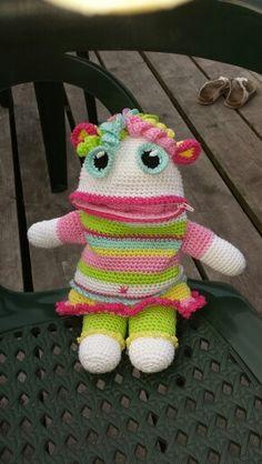 Zorgenvriendje Alina gemaakt voor mn dochter Geralda Crochet Monsters, Crochet Animals, Crochet Dolls, Crochet Hats, Plastic Bag Crochet, Mug Cozy, Kids Blankets, Monster Dolls, Animal Pillows