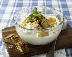 Vanille-Quark mit Aprikosen und Cantuccino-Keksen